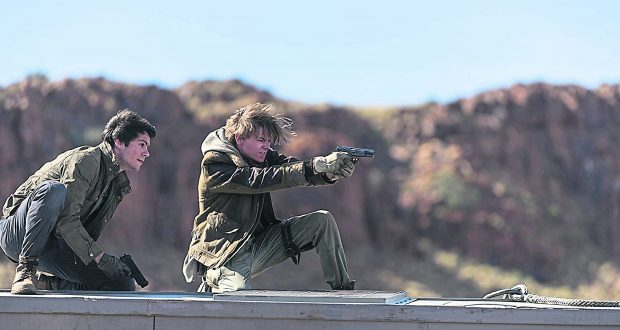 Thomas (Dylan O'Brien) in action with Newt ((Thomas Brodie-Sangster)